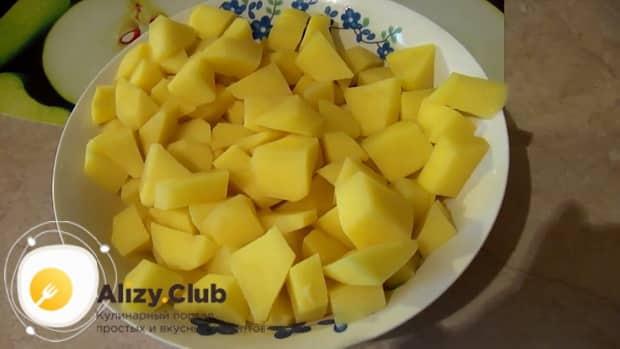 По рецепту для приготовления супа с плавленным сыром и колбасой. нарежьте картофель