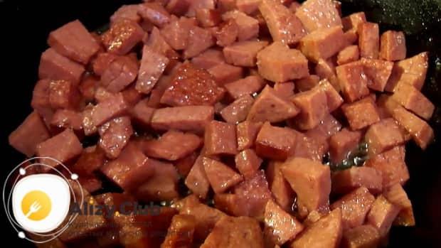 По рецепту для приготовления супа с плавленным сыром и колбасой. обжарьте колбасу