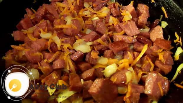 По рецепту для приготовления супа с плавленным сыром и колбасой. добавьте овощи к колбасе