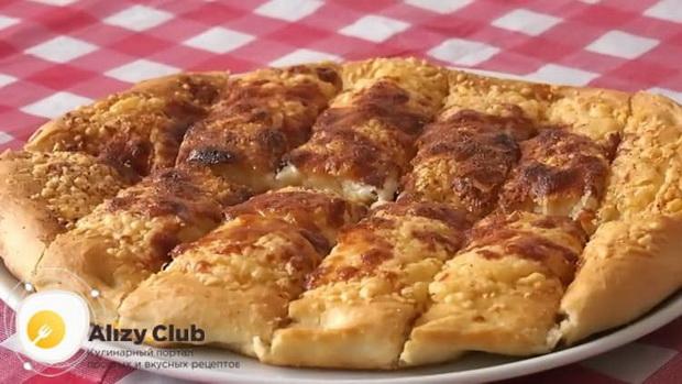 Для приготовления сырных палочек разогрейте духовку