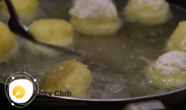 По рецепту для приготовления сырных шариков во фритюре, подогрейте масло
