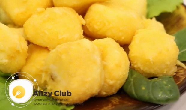 По рецепту для приготовления сырных шариков во фритюре, подготовьте ингредиенты
