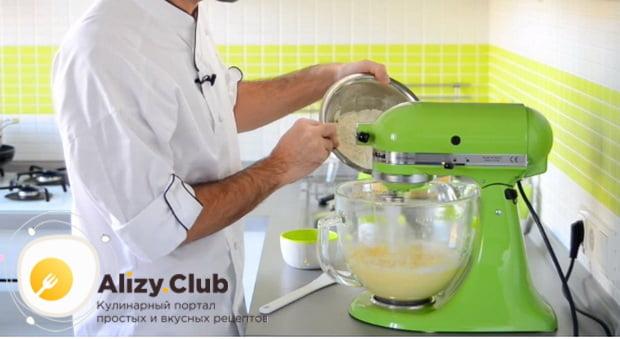 Замешиваем песочное тесто для сладкого пирога