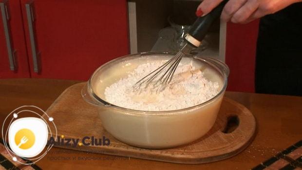 По рецепту для приготовления блинчиков с картошкой и грибами, добавьте муку