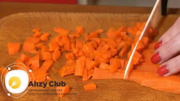 По рецепту для приготовления блинчиков с картошкой и грибами, нарежьте морковь
