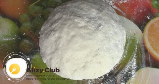 Для приготовления тонкого и хрустящего хвороста по рецепту без яиц, оставьте тесто полежать