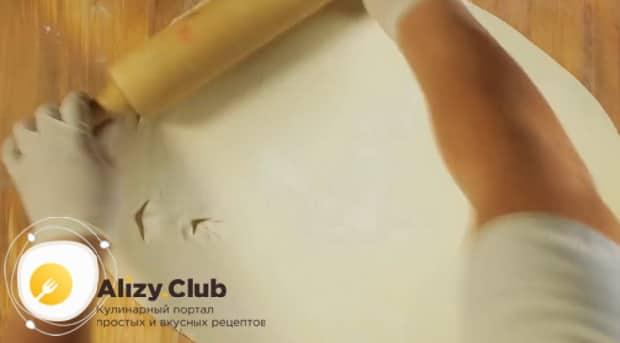 Для приготовления тонкого и хрустящего хвороста-розочки, по рецепту, раскатайте тесто