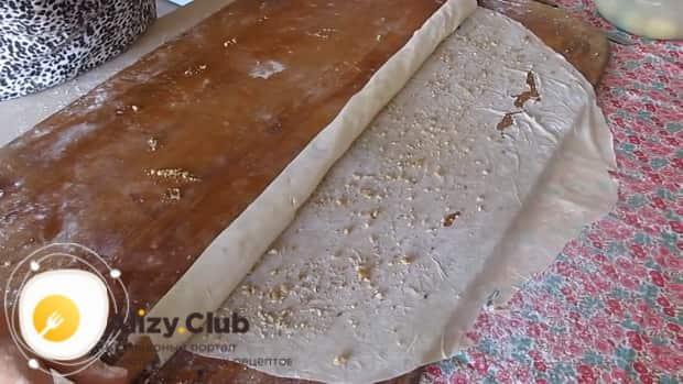 Для приготовления пахлавы в домашних условиях посыпьте крошкой тесто