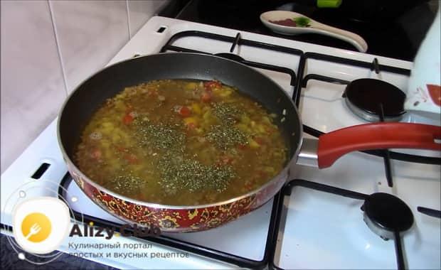 Для приготовления гречки с овощами на сковороде добавьте воду