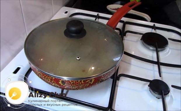 Для приготовления гречки с овощами на сковороде попарьте ингредиенты