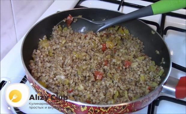 Для приготовления гречки с овощами на сковороде подготовьте ингредиенты