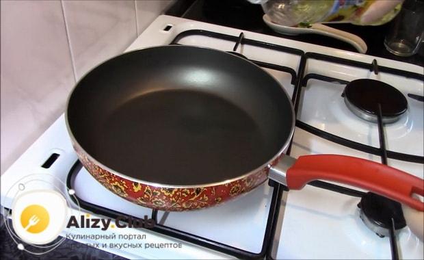 Для приготовления гречки с овощами на сковороде нагрейте сковородку