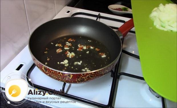 Для приготовления гречки с овощами на сковороде налейте масло