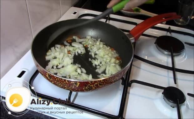 Для приготовления гречки с овощами на сковороде обжарьте лук