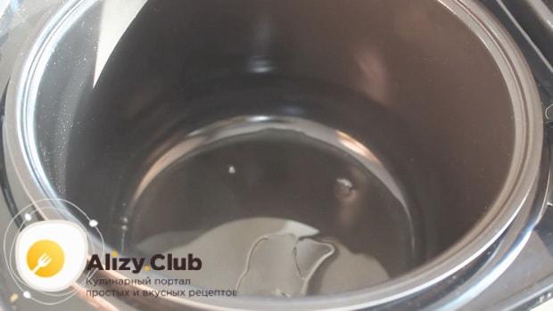 Для приготовления тушенной капусты с мясом в мультиварке, разогрейте чашу