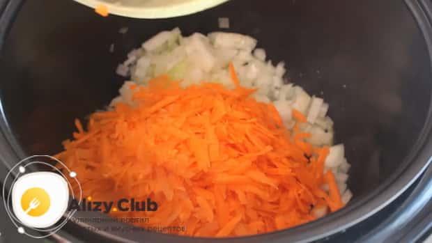 Для приготовления тушенной капусты с мясом в мультиварке, обжарьте овощи