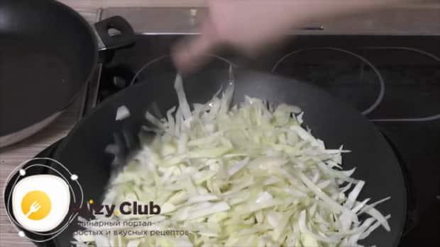Смотрите как готовится  тушеная капуста с мясом и картошкой
