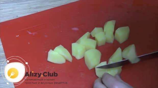 Для приготовления  тушеной капусты с мясом и картошкой, нарежьте ингредиенты