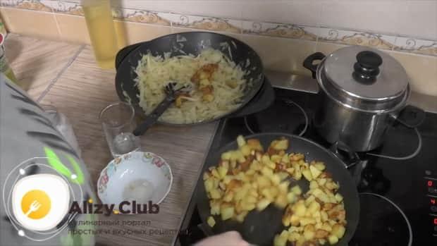 Для приготовления  тушеной капусты с мясом и картошкой, обжарьте ингредиенты