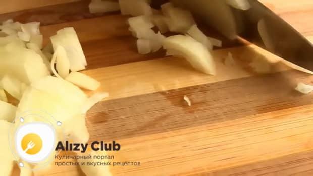 По рецепту для приготовления тушеной капусты с сосисками, нарежьте лук