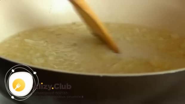 По рецепту для приготовления тушеной капусты с сосисками, обжарьте лук