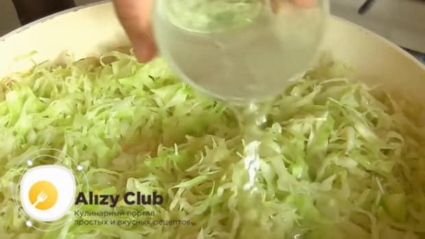 По рецепту для приготовления тушеной капусты с сосисками, добавьте капусту