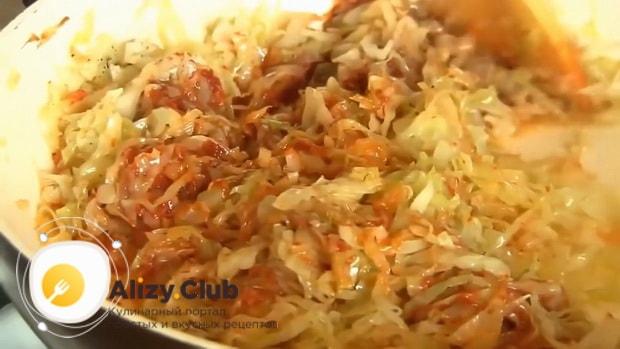 По рецепту для приготовления тушеной капусты с сосисками, добавьте томатную пасту