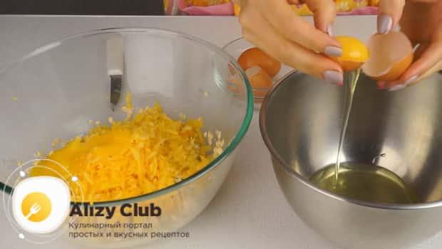 Для приготовления тыквенных оладий на кефире, отделяем белки от желтка