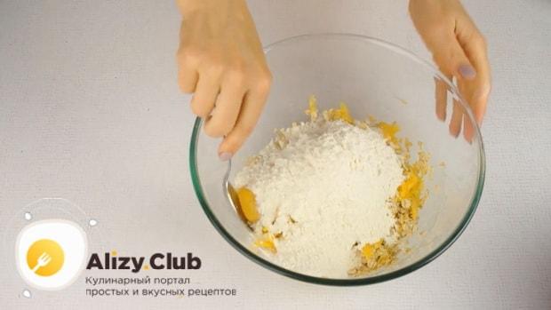 Для приготовления тыквенных оладий на кефире, добавляем муку