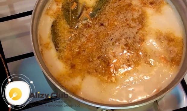Для приготовления ухи из форели, добавьте сливки