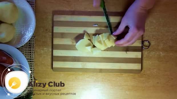 Для приготовления ухи из форели, нарежьте картофель