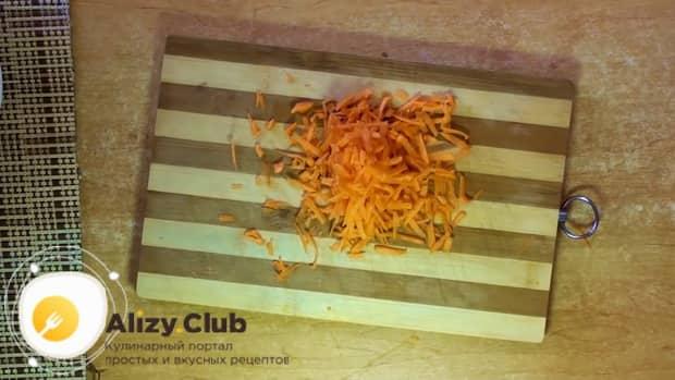 Для приготовления ухи из форели, натрите морковь