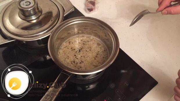 По рецепту для приготовления утки целиком в духовке, отварите рис