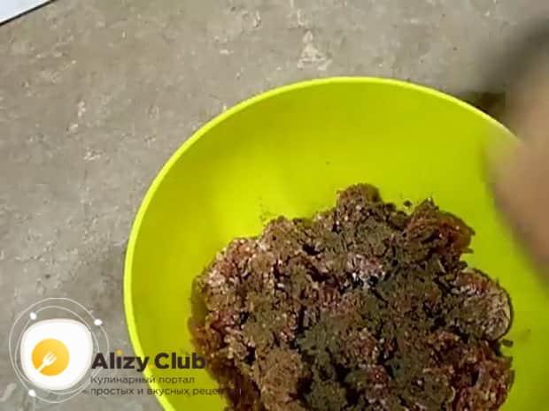 Для приготовления вареной колбасы в домашних условиях, добавьте специи