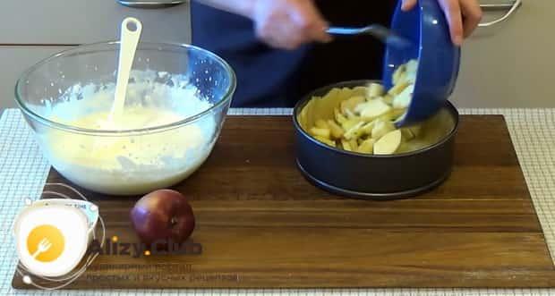 Для приготовления венского пирог с яблоками, выложите яблоки на тесто