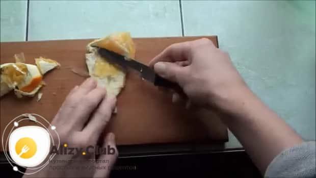 По рецепту для приготовления грога. очистите шкурку апельсина