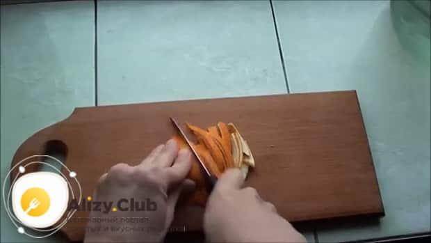 По рецепту для приготовления грога. нарежьте шкурку апельсина
