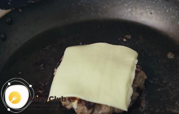 Затем переворачиваем котлету опять и кладем на нее сыр.