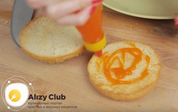 Смазываем булочки кетчупом или любимым соусом.