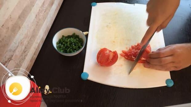 По рецепту для приготовления гречки в горшочке в духовке с курицей нарежьте помидоры