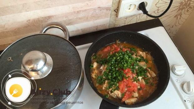 По рецепту для приготовления гречки в горшочке в духовке с курицей нарежьте зелень
