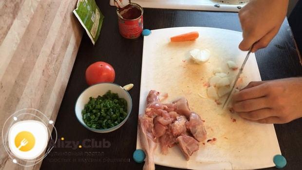По рецепту для приготовления гречки в горшочке в духовке с курицей нарежьте лук