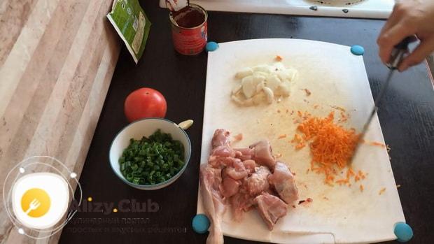 По рецепту для приготовления гречки в горшочке в духовке с курицей нарежьте морковь