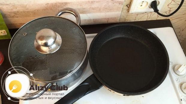 По рецепту для приготовления гречки в горшочке в духовке с курицей разогрейте сковородку