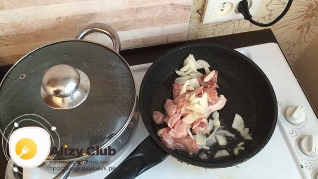 По рецепту для приготовления гречки в горшочке в духовке с курицей обжарьте мясо