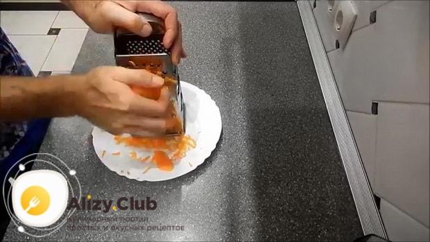 Для приготовления маринованной капусты быстрого приготовления, натрите морковь