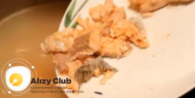 Для приготовления ухи из горбуши, по рецепту нужно нарезать рыбу