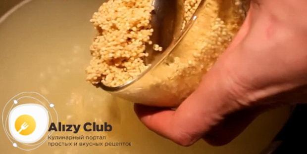 Для приготовления ухи из горбуши, по рецепту нужно всыпать в бульон пшено