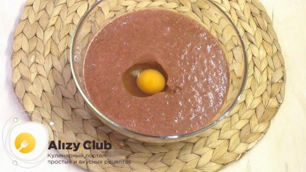Для приготовления печеночных оладий из куриной печени добавьте яйца