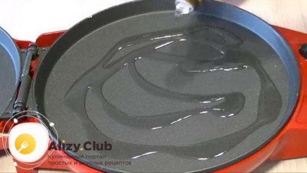 Для приготовления печеночных оладий из куриной печени с морковью разогрейте сковородку